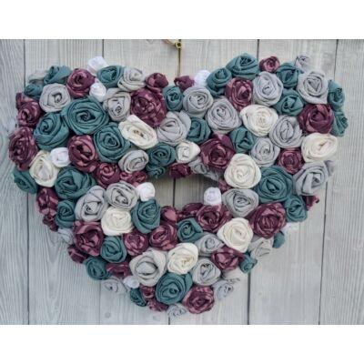 Újrahasznosított textilrózsás szív alakú ajtódísz